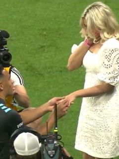 Futbolista le pide matrimonio a su novia frente a miles de hinchas.