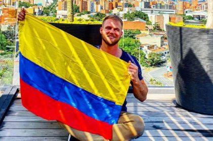 Dominic Wolf, 'influencer' alemán, denunció que un motociclista colombiano lo atropelló y se voló, dejándolo botado en el suelo.