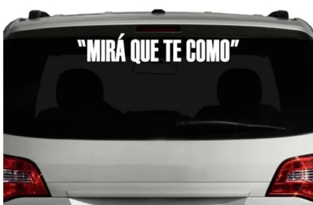 Calcomanía con la frase de 'Dibu' Martínez / Vía Olé
