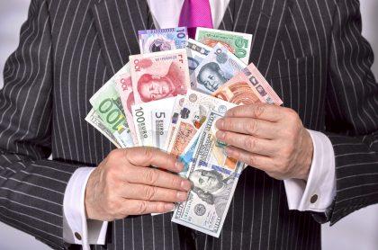 Imagen de monedas del mundo, a propósito de qué es el código SWIFT de Bancolombia, BBVA, Santander y otros bancos