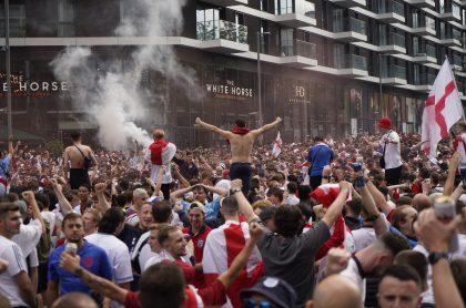 Hinchas se vuelven locos en Londres previo a la final de la Eurocopa hoy entre Inglaterra y Argentina.