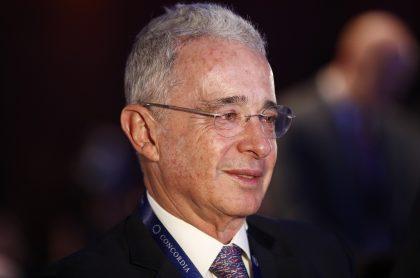 Álvaro Uribe Vélez, que celebró que dos de sus exfuncionarios fueron absueltos por las chuzadas del DAS