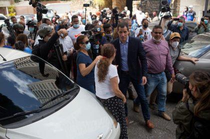 Videos: vecinos de Juan Guaidó sacan corriendo a agentes del Faes y la policía