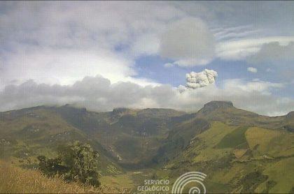 Imagen de la emisión de ceniza del volcán Nevado del Ruiz, que cayó hasta Manizales