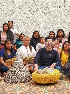 Juan Pablo Socarrás acompañado de las mujeres tejedoras del Cauca.