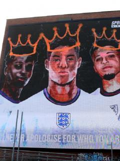Imagen del mural de Bukayo Saka, que critica a Facebook y Twitter por permitir insultos
