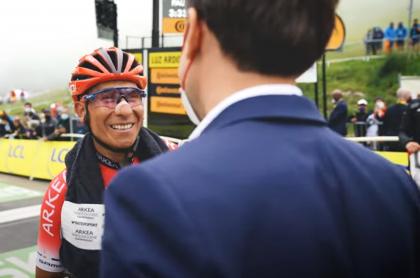 Emannuel Macron saludó a Nairo Quintana en el Tour de Francia 2021.