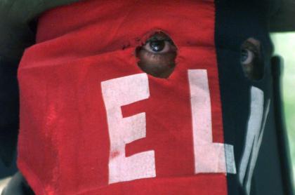 Foto de persona con máscara del Eln, en referencia a nota de esa guerrilla que respondió sobre su vinculación a marchas del 20 de julio.