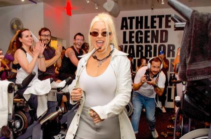 Christina Aguilera sorprende a fans en clase de spinning