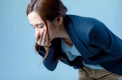 Foto de mujer con náuseas, a propósito de brote de Norovirus en Inglaterra.