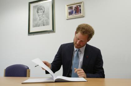 """El príncipe Harry publicará sus """"íntimas"""" memorias en 2022."""
