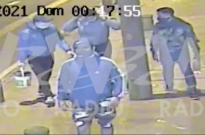Videos del momento en que grupo neonazi daña escalera de la diversidad en Bogotá