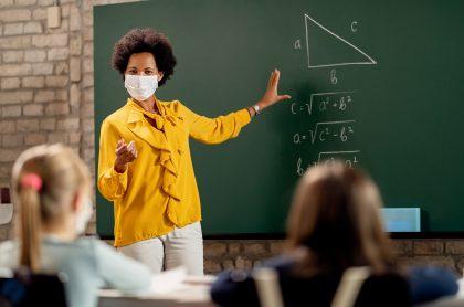 Profesora ilustra nota sobre vacantes laborales para docentes en la Secretaría de Educación de Bogotá