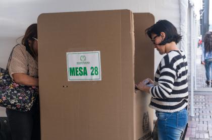Foto de personas en votaciones en nota de si se puede votar con la contraseña.