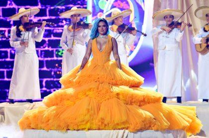 Karol G necesitó ayuda para caminar en los Premios Juventud 2021 por su gran vestido.
