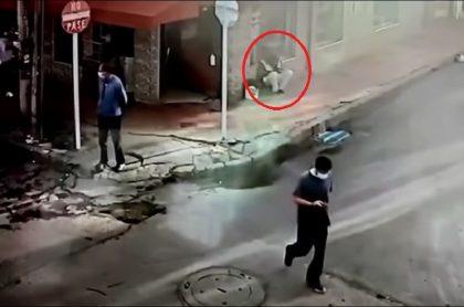 Imagen del joven que estaba chateando en una calle de Bogotá, sobre la 80, cuando ladrones lo atacaron para robarle el celular
