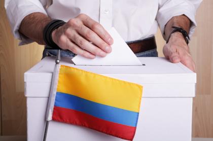 Foto de persona votando, en nota de Elecciones en Colombia en 2022 sobre Ley de garantías e inscripción de candidatos.