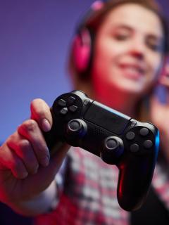 Foto de persona con control de PlayStation, en nota de Sony publicó por error juegos gratis para agosto.