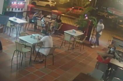 Imagen del atraco a mano armada a un policía de civil y su familia, en un local de pizza en Cartagena