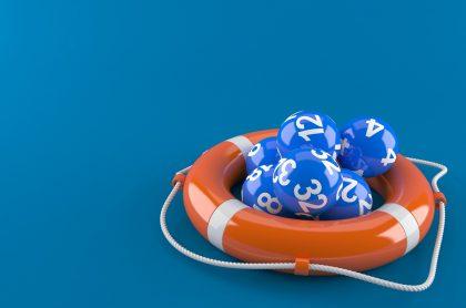 Balotas en un flotador, ilustran qué lotería jugó anoche y resultados de las loterías de la Cruz Roja y Huila de julio 27.