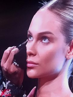 César Mushi en master class de Avon en Colombiamoda 2021, a propósito de que contó qué está 'in' y óut' en tendencias de maquillaje.