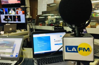 Imagen de cabina de La FM; Juan Lozano y Darcy Quinn, las nuevas voces de La FM