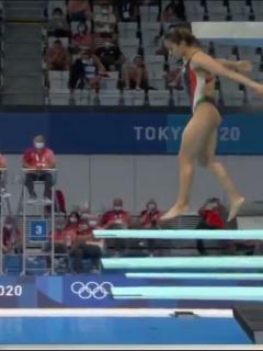 Momento en que la atleta mexicana Arantxa Chávez hace un clavado en Juegos Olímpicos