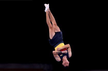 Ángel Hernández en prueba de gimnasia en Juegos Olímpicos de Tokio, a propósito de dura denuncia que hizo de que lo tienen varado en aeropuerto de Japón y le deben plata.