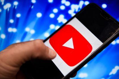 Imagen de celular que ilustra nota; Celulares Android en que no sirve YouTube y Google desde septiembre
