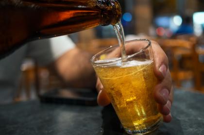 Foto de persona sirviendo cerveza, en nota de nueva cerveza a base de yuca.
