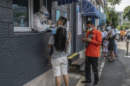 Imagen de calle en Pekín, China: casos de COVID-19 son los más altos en 7 meses