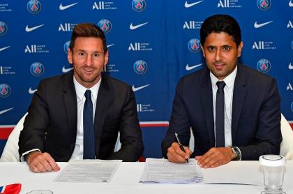 Lionel Messi firmando su contrato como nuevo jugador del PSG
