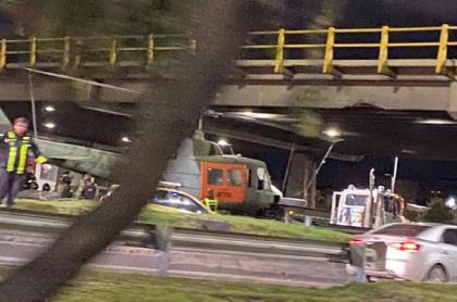 Un helicóptero que era transportado en una cama baja no alcanzó a pasar bajo el puente de la 116 en Bogotá.