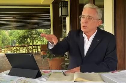 Tomás Uribe defendió a Álvaro Uribe Vélez en Comisión de la Verdad. Imagen del expresidente de Colombia.