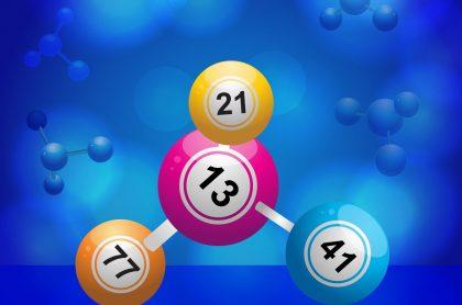 Balotas unidas en fondo azul ilustran qué lotería jugó anoche y resultados de las loterías de la Cruz Roja y Huila agosto 17.