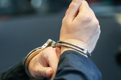Imagen de hombre esposado ilustra artículo Colombia extraditó a dos miembros del Eln hacia Estados Unidos