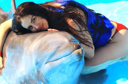 Jessica Cediel se defiende de acusaciones por maltrato animal. Imagen de la modelo con un delfín.