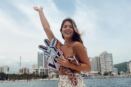 Laura Tobón, presentadora de 'La voz kids', en Santa Marta, muestra sus pies tras un día de grabación