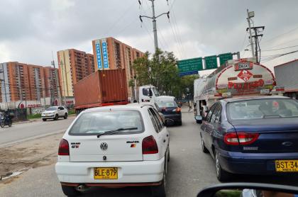 Monumental trancón se presenta este sábado en salida de Bogotá por Calle 13 luego de choque entre dos tractomulas.