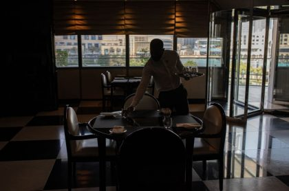 Joven mesero en Argentina encuentra bolsa con 32 millones y los devuelve