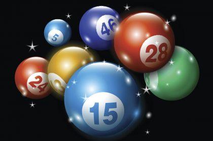 Balotas de colores en fondo negro ilustran qué lotería jugó anoche y resultados de loterías del Valle, Manizales y Meta agosto 5.