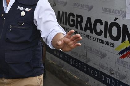 Imagen de funcionario de Migración Colombia ilustra artículo Expulsarán de Colombia a italiano capturado durante disturbios en Bogotá