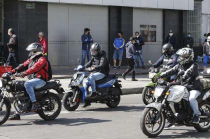 Foto de motociclistas, en referencia de nota de Mujer en moto y policía en el suelo en huida de retén en Bucaramanga (video).