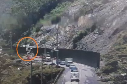 Imagen de la emergencia por caída de rocas en vía al Llano, que fue cerrada de forma total