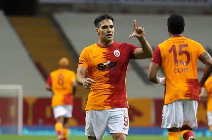 Falcao García en el Galatasaray, a propósito de que su esposa Lorelei Tarón respondió pregunta de a dónde irá a jugar 'el Tigre'.
