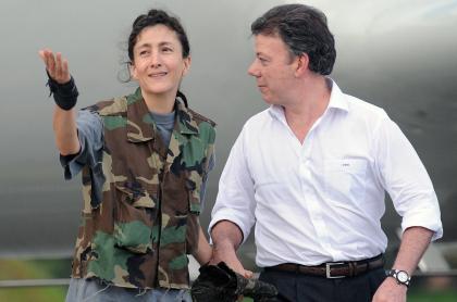 Juan Manuel Santos e Íngrid Betancourt, después de ser rescatada de un prolongado secuestro a manos de las Farc