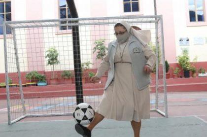 Imagen de monja que toma balón de fútbol y hace una veintiuna perfecta, en Ecuador