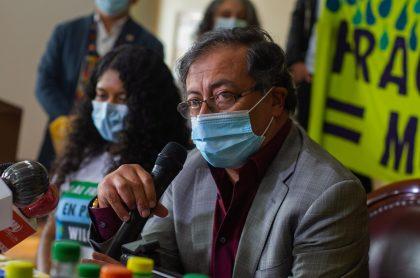 Gustavo Petro, que mantuvo imagen favorable estable en encuesta Invamer