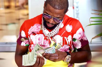 Floyd Mayweather posó con montañas de dinero para gastar en un fin de semana. Imagen del exboxeador.