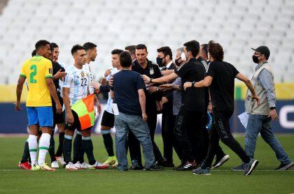 Clásico Brasil vs. Argentina es suspendido debido a que oficiales brasileños quieren detener a cuatro jugadores argentinos por violar protocolos sanitarios.